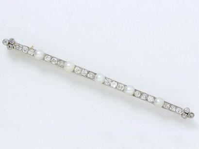 Broche barrette en or 750 et platine 850 millièmes, ornée d'une ligne de diamants...