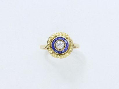 Bague en or 750 millièmes, centrée d'un diamant...