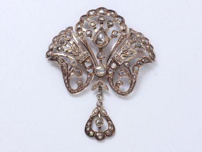 Pendentif en métal doré, à décor floral et...