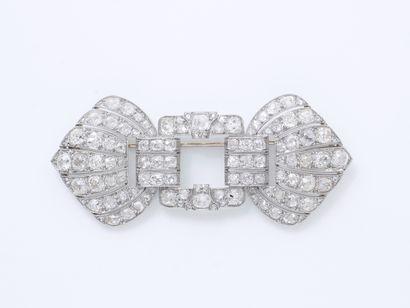 Broche plaque en platine 850 millièmes, à décor géométrique ajouré et perlé stylisant...