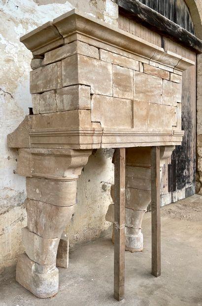 Cheminée Louis 13 en pierre.  Hotte surmontée...