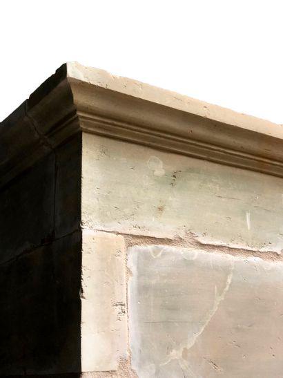 Cheminée Louis XIII en pierre.  Trumeau à crossettes reposant sur des jambages légèrement...