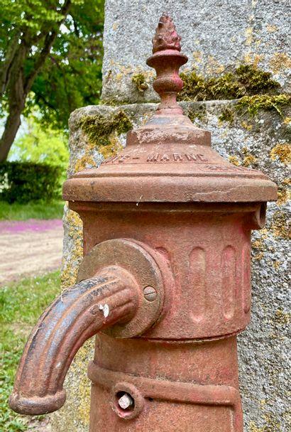 Fontaine borne à incendie en fonte de fer.  Epoque 19e. Lorraine.  Haut. 96 - Larg....