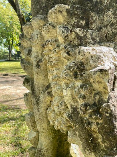 """""""Hercule terrassant le lion de Némée """"  Importante sculpture en pierre calcaire..."""