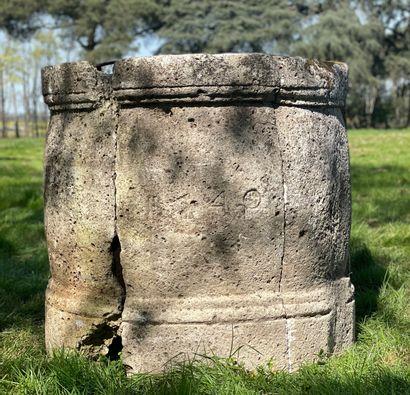Margelle de puits Louis XIV.  En pierre blanche...