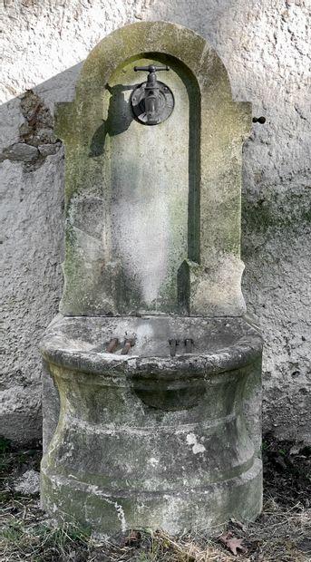 Fontaine murale en pierre dure de Besançon....