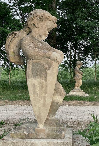 Putti tenant un bouclier.  Paire de sculptures...