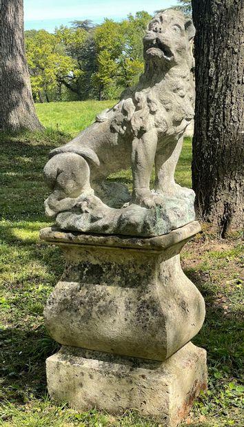Lion Louis 14 en pierre.  Assis, la tête...