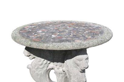 Gueridon tripode à décors de lions, en pierre composite et mosaique de marbre.  Vers...