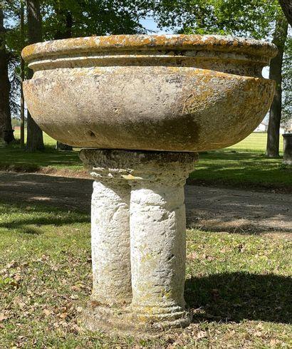 Cuve baptismale Haute Epoque en pierre.  Cuve...