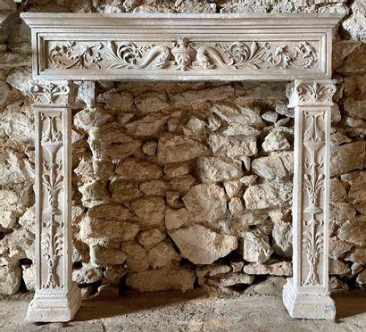 Cheminée Renaissance en pierre.  Riche décor...