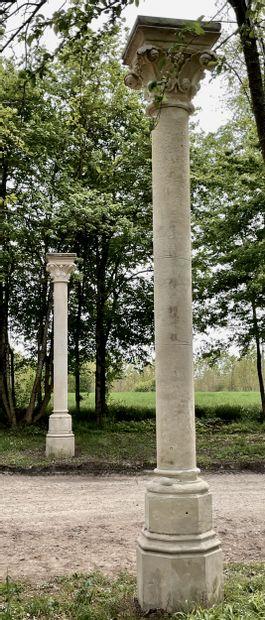 Paire de colonnes style Gothique.  Chapiteaux...