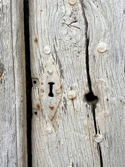 Encadrement de porte Louis XIV.  Important encadrement de porte d'entré à fronton...