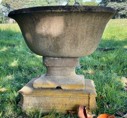 Cuve baptismale en pierre.  De forme oblongue...