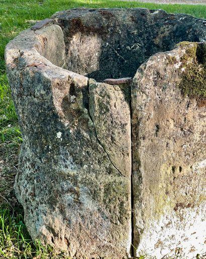Margelle de puit Louis 13  Composée de 5 éléments dont deux offrant un support de...