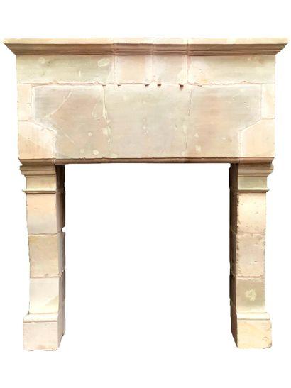 Cheminée Louis XIII en pierre.  Trumeau à...