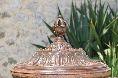 Vase couvert style Louis 16.  Le corps animé de godrons, de pampres avec anses traitées...