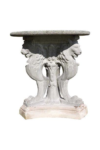 Gueridon tripode à décors de lions, en pierre...