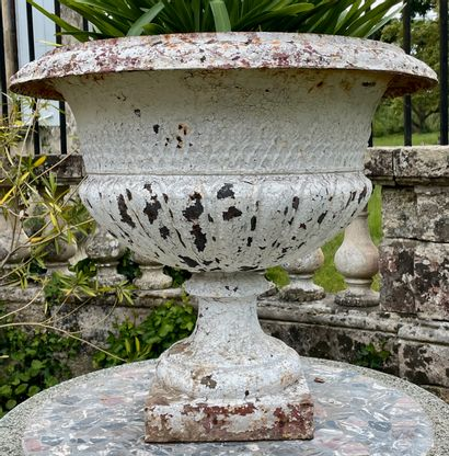 Grand vase en fonte de fer.  Orné de godrons...