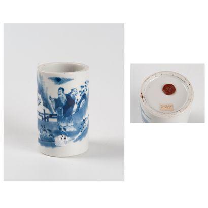 Chine, Xxe siècle  Pot à pinceaux en porcelaine...
