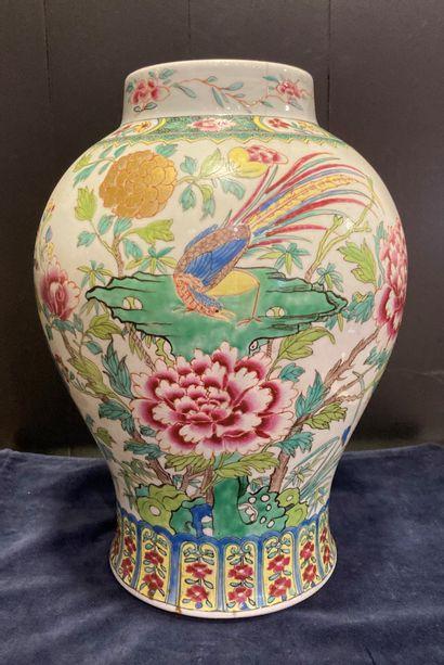 Chine, XIXe siècle Vase en porcelaine émaillée...