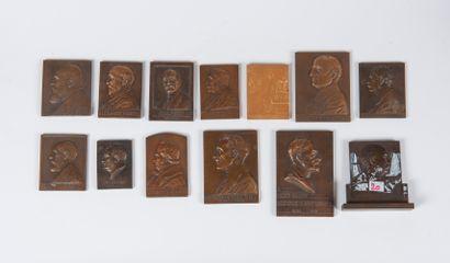 Ensemble de treize médailles en bronze
