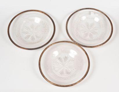 Suite de trois assiettes en cristal gravé...