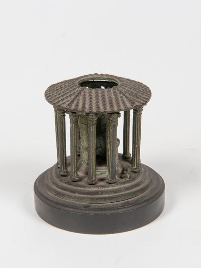 Bougeoir en fonte en forme de temple  (M...