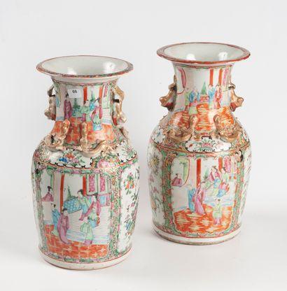 CANTON, XIXe siècle  Paire de vases en porcelaine...