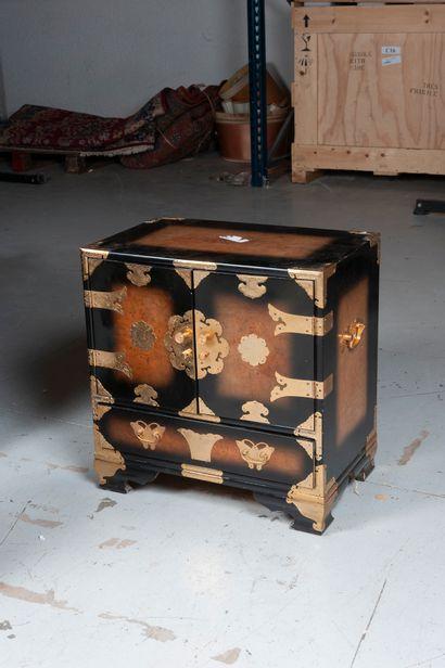 Chine, Xxe siècle  Cabinet en bois laqué...