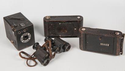 Lot de trois appareils photos et une paire...