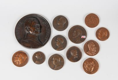Ensemble de douze médailles en bronze