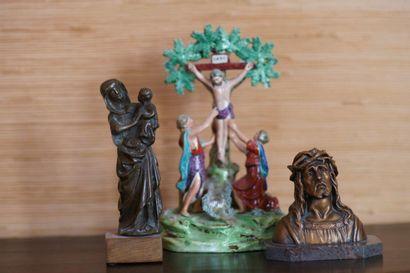 Lot d'objets de dévotion: Christ en faïence,...