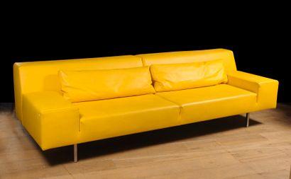 Canapé en skaï jaune  H : 80 cm. ; L : 260...