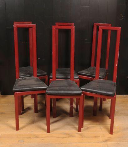 Six chaises en bois laqué rouge.  Vers 1970...