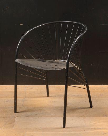 Chaise en métal laqué noir  H : 70 cm. ;...