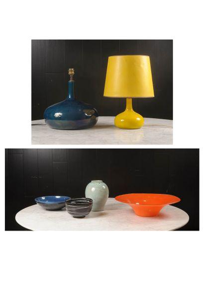 Lampe, coupe, vase en céramique.  Vers 1...