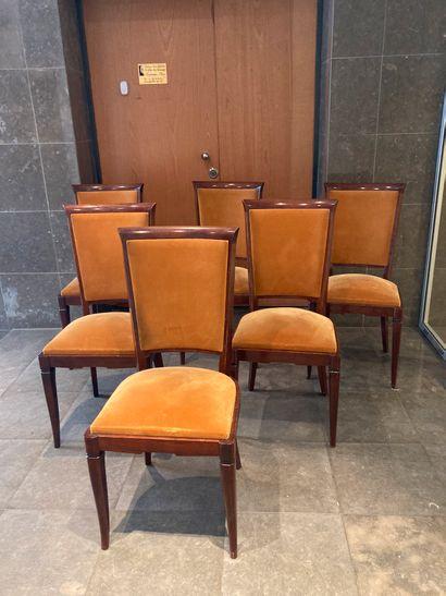 Suite de six chaises en bois naturel mouluré...