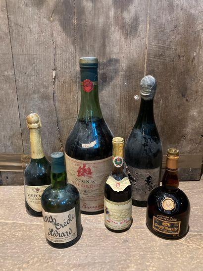 Un lot de bouteilles de spiritueux et divers...
