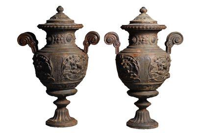 Paire de vases couverts style Renaissance...