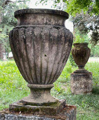 Paire de vases style Charles 10  La panse...