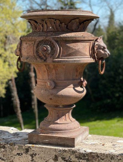 Vase style Renaissance.  Orné d'anses à têtes...
