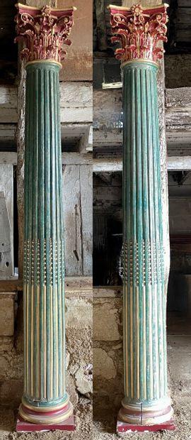 Paire de colonnes corinthiennes  Le fût cannelé...