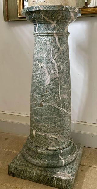 Colonne de présentation  Le fût monolithe...