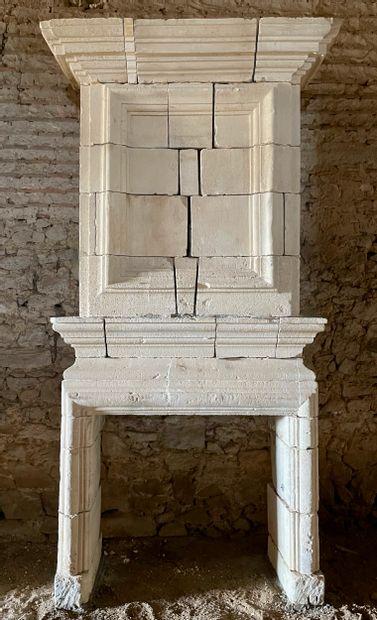 Cheminée Louis 13  A double corniche, le...