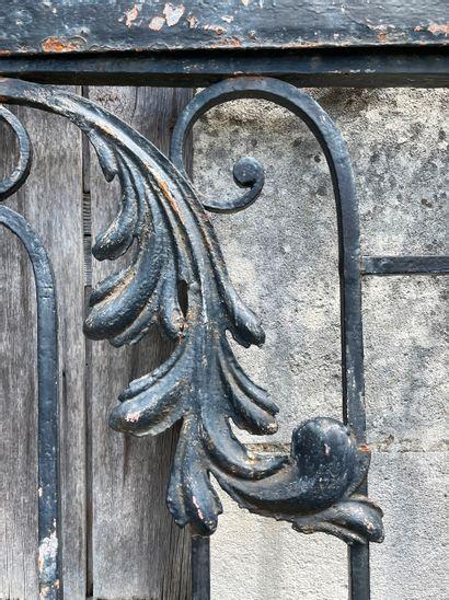 Portillon Louis 15  Décor de volutes et feuillages avec son fronton.  Fer forgé...