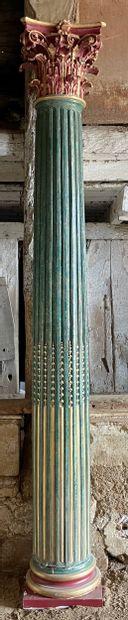 Paire de colonnes corinthiennes  Le fût cannelé et rudenté à asperges, chapiteaux...
