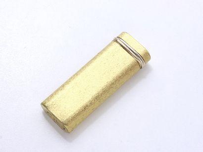 CARTIER  Briquet à gaz en métal doré, à décor...