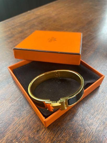 HERMES Bracelet en métal doré et émail...