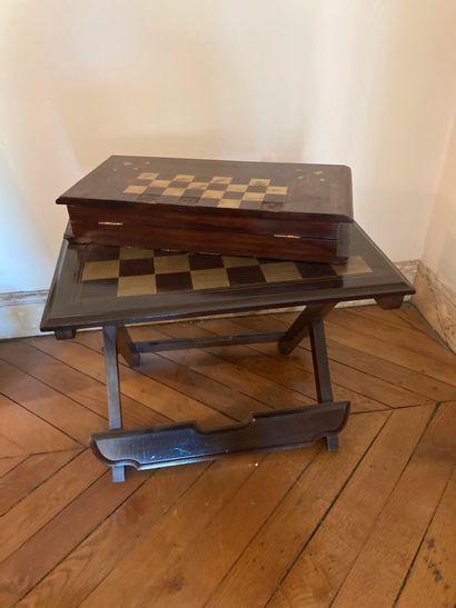 Table et jeu d'échec pliables, en marqueterie...